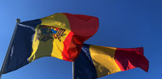 Le bandiere di Romania e Moldavia al vento